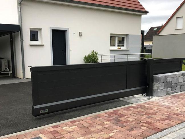 Portail autoportant aluminium Staketto posé à Turckheim